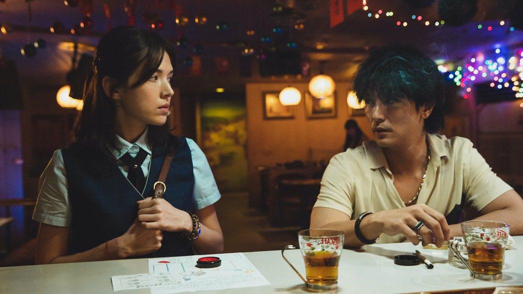 邱澤(右)與許瑋甯(左)主演的電影「當男人戀愛時」11天票房達1.6億。圖/金盞...
