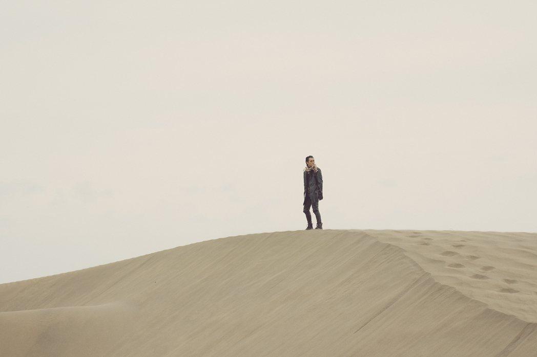 Marz23的新歌在沙丘上取景。圖/華納音樂提供