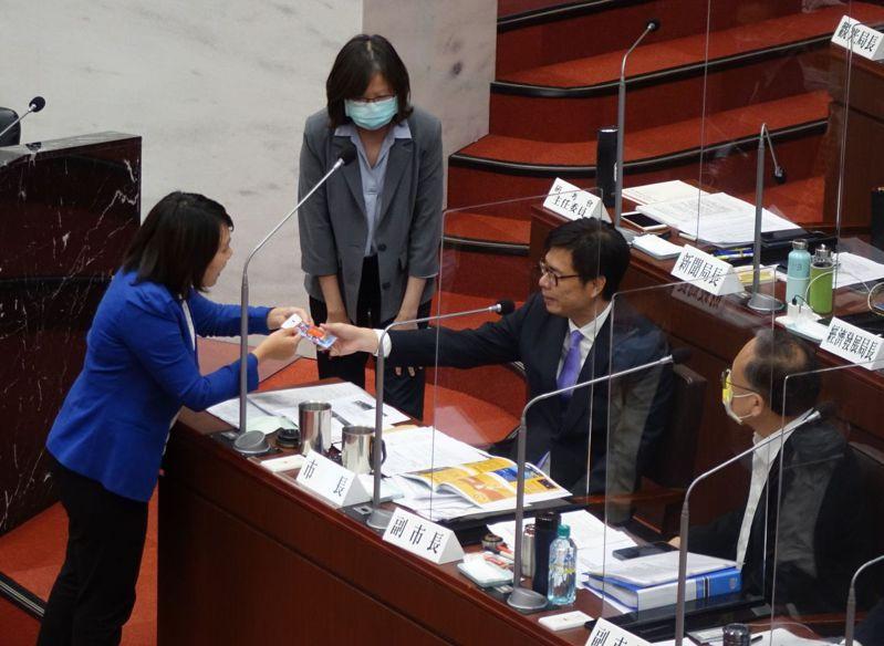 高雄市議員邱于軒(左一)質詢高雄市的工安頻傳,本來是批評,但她改送平安符給市長陳其邁(右二),轉個彎祝高市平安。記者楊濡嘉/攝影