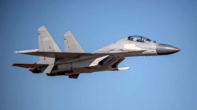 今天闖入我西南防空識別區的共機,其中有14架次新銳殲-16戰機(如圖、同型機)分兩批闖入,是國防部公布共機擾我空防紀錄以來,同型機最高架次紀錄。圖/國防部