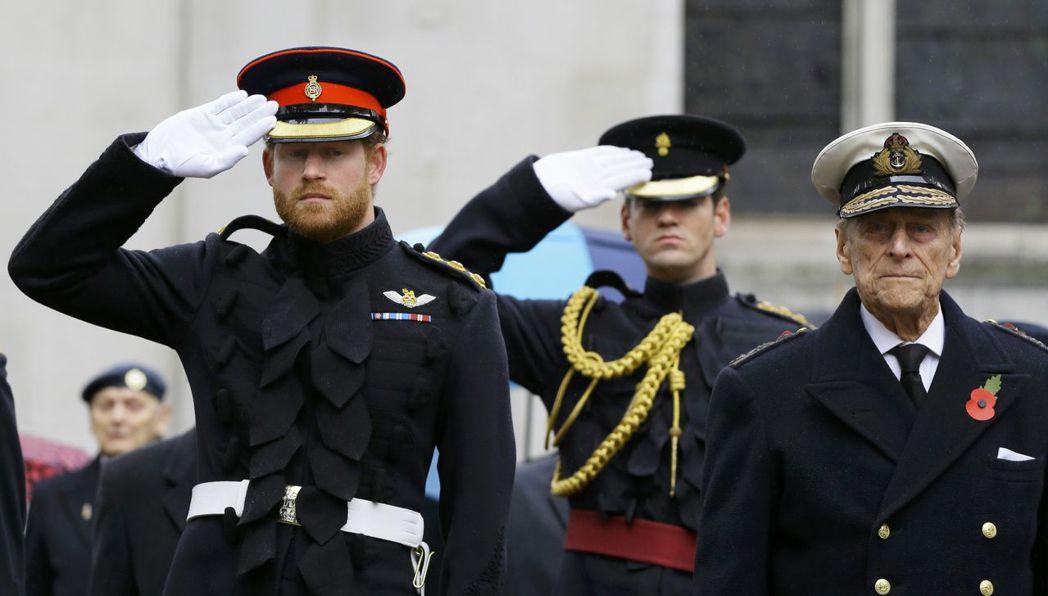 哈利(左)與爺爺菲立普(右)過去都有軍職,關係沒有太疏離。圖/路透資料照片
