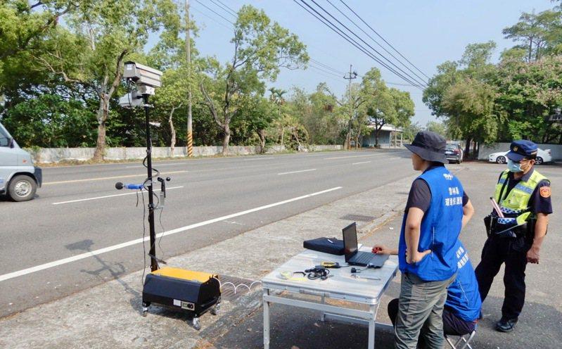 雲林縣環保局引進第一部移動式聲音照相機,對噪音太大的車,影音全都錄,讓大聲公車輛無所遁形。記者蔡維斌/翻攝