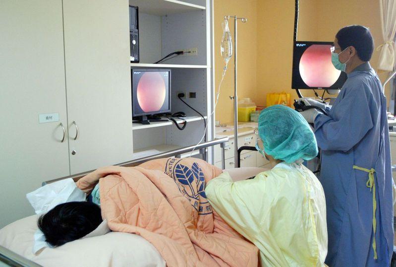 善用政府提供的成人健檢及四癌篩檢,或自費體檢,早期發現疾病,及早治療。本報資料照片
