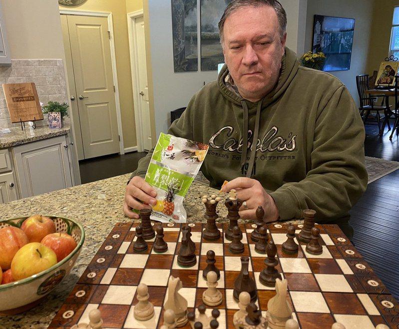 美國前國務卿龐培歐昨在推特曬出邊下西洋棋、邊吃台灣鳳梨乾的照片,挺台立場表露無遺。圖/取自龐培歐推特