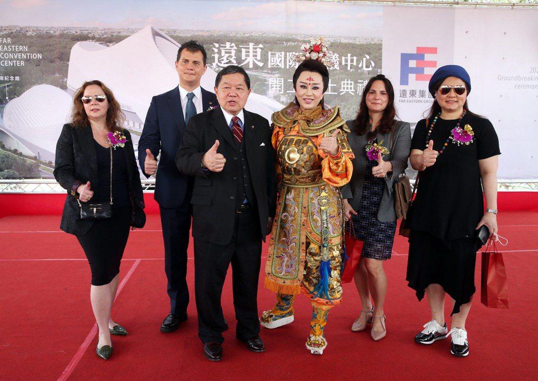 遠東集團董座徐旭東(左三)和女兒徐國梅(左一)、徐國玲(左五)、兒子徐國安(左二...