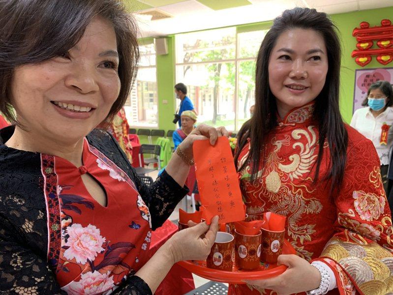 媒人李秀華(左)16年安排了近千場相親,成就23對姻緣,她觀察現代的「門當戶對」已重新定義,不再是財富地位,而是男女雙方「三觀」接近。圖/台中市社會局提供