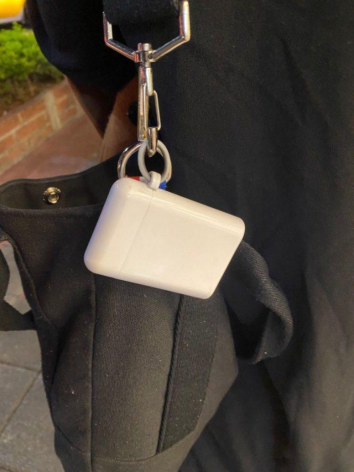 網友看到路上背包上掛了一個白色盒子。圖/取自《Dcard》
