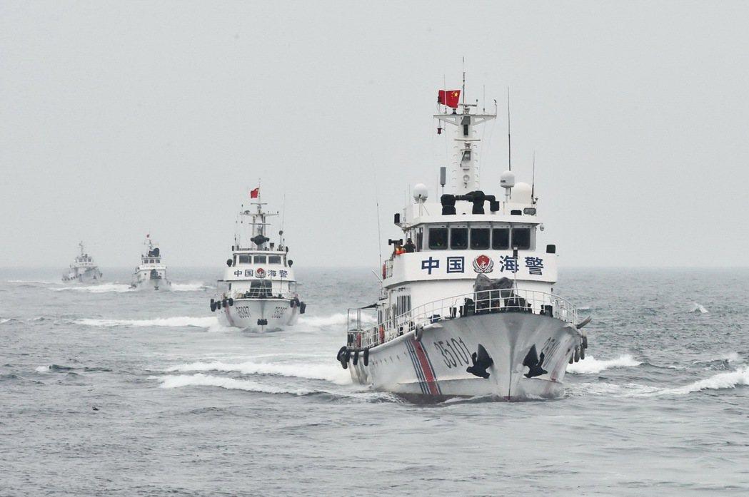 中國近期通過「海警法」,授權中國海警可以在中國所主張的領海、鄰接區與專屬經濟海域內,對從事非法行動的外國船隻開火。 圖/中新社