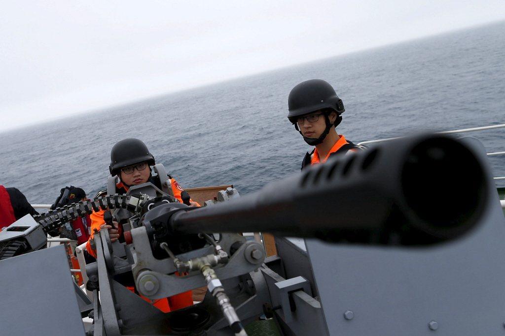 海巡署將來絕對會在國安防線上,扮演更為吃重的角色,政府必需投資更多資源給海巡署。 圖/路透社