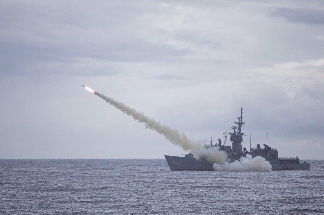 海軍近年來積極強化反艦飛彈戰力。圖為海軍寧陽軍艦發射魚叉反艦飛彈。 圖/國防部