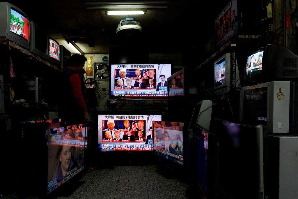 問題本質其實無關藍綠或政治,而是商業媒體與公共媒體的之別。 圖/路透社