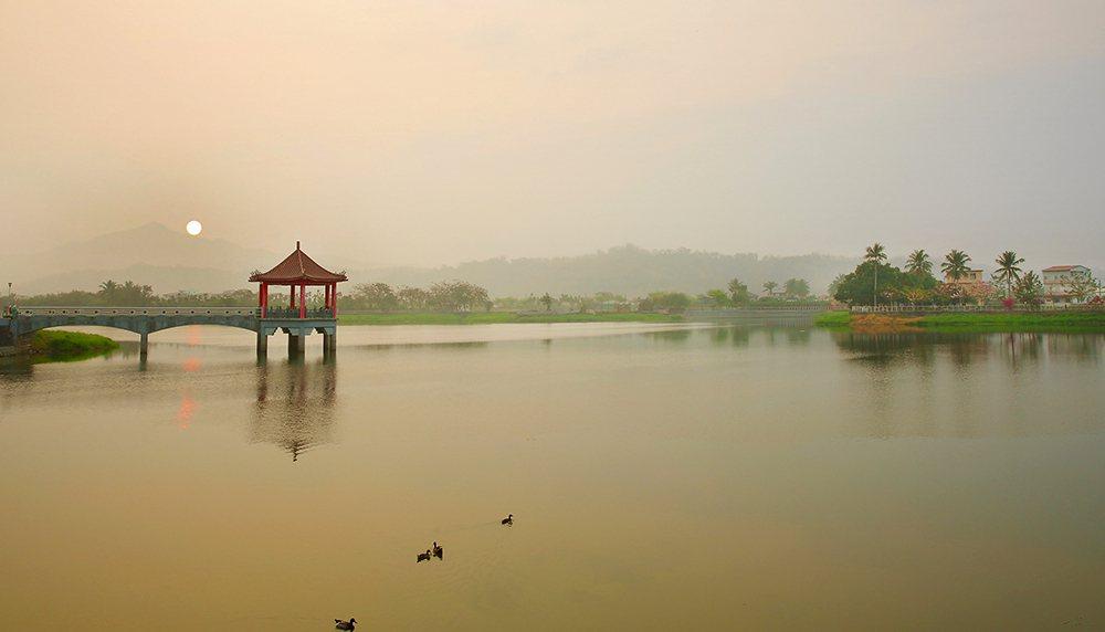霧靄中朦朧的美濃湖日出,有如潑墨山水畫。 圖/Carter 攝影