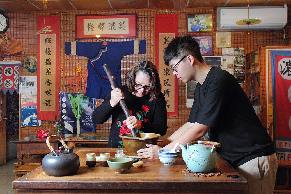 美濃擂茶首創鋪可體驗親手製作擂茶。  圖/Carter 攝影