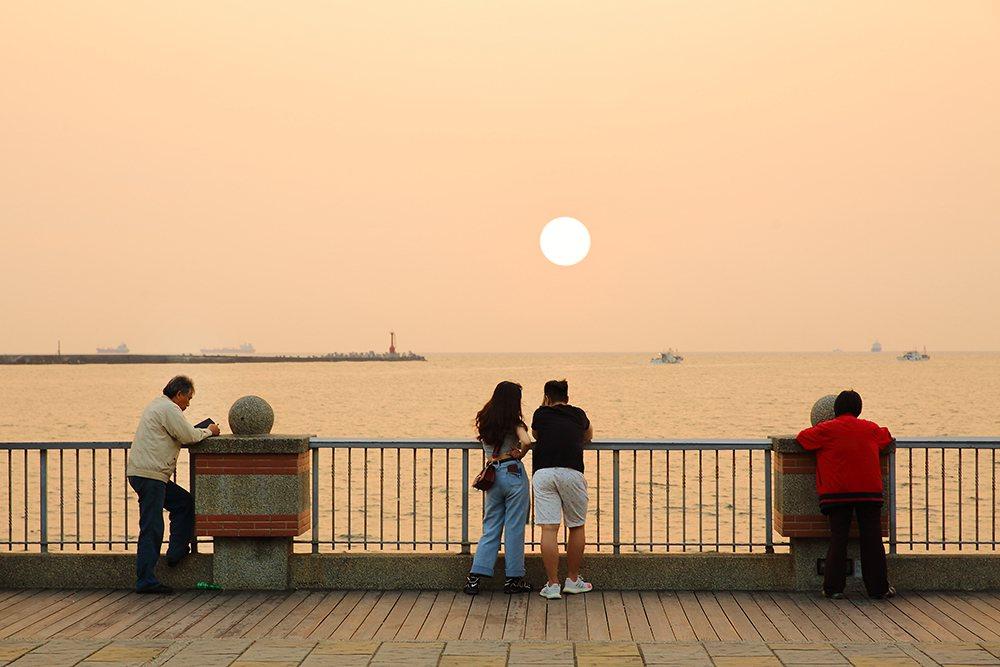美景如畫的西灣落日總是吸引遊人與攝影愛好者駐足。  圖/Carter 攝影