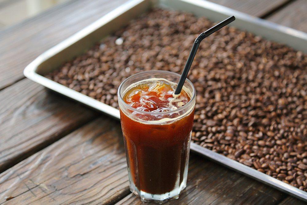 在海山花園咖啡館品嘗老闆自家烘焙和沖煮的咖啡。  圖/Carter 攝影