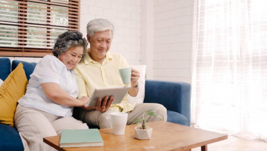 當收到老人傳來的長輩圖時,請記得回應,將正確的訊息傳達給長輩知道,彼此互通訊息的...