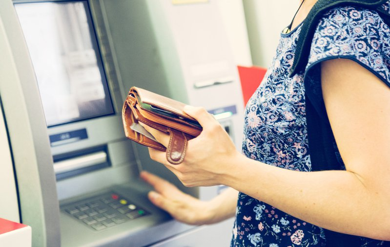 女網友赫然發現自己的銀行帳戶多了一筆不明款項,讓她憂心的詢問「這筆錢是能花的嗎?」。示意圖/Ingimage