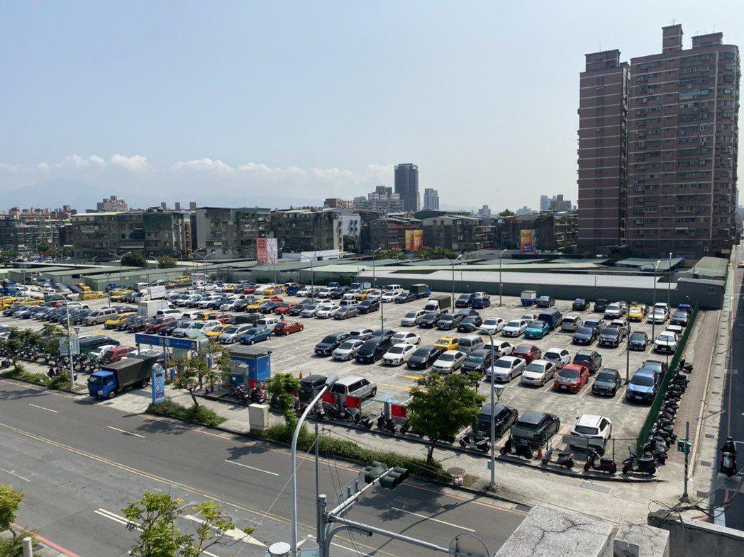 二重疏洪道東側標號970的精華地,由國泰建設擊退各大建商,以33.9億購得。