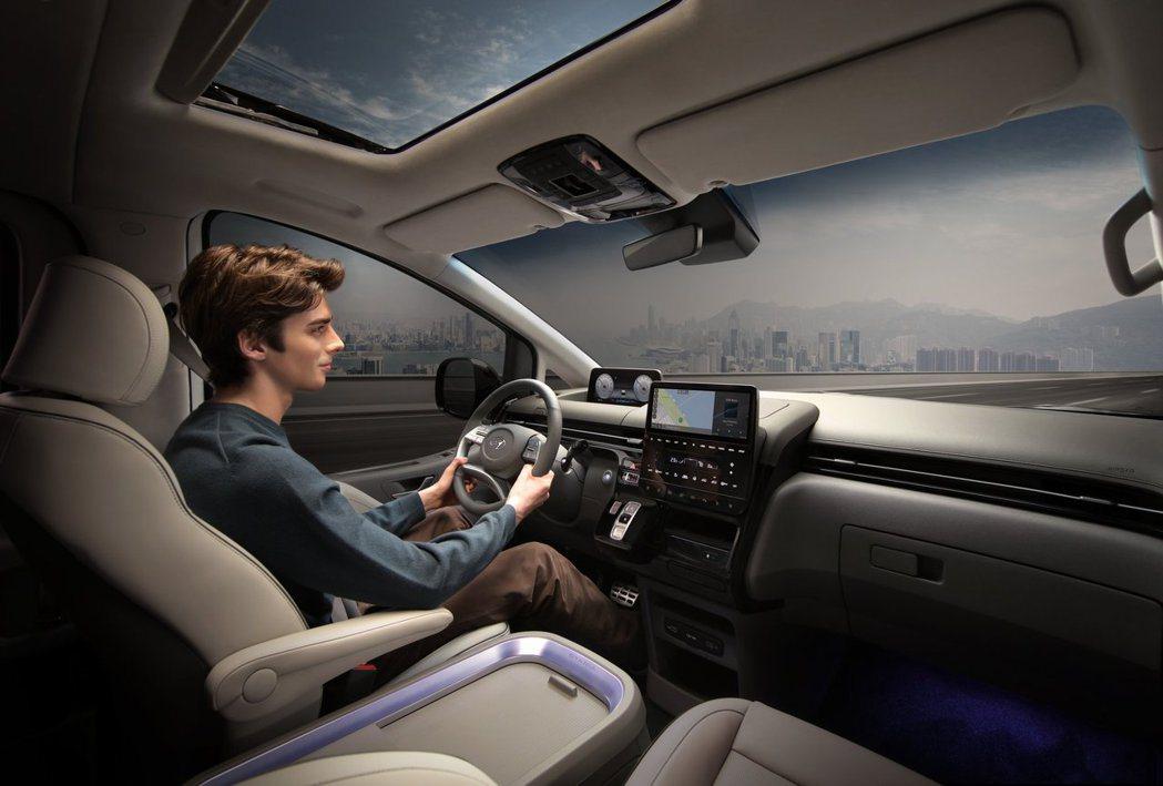 Hyundai Staria車室配置10.25吋數位儀表與中控台。圖為9人座St...