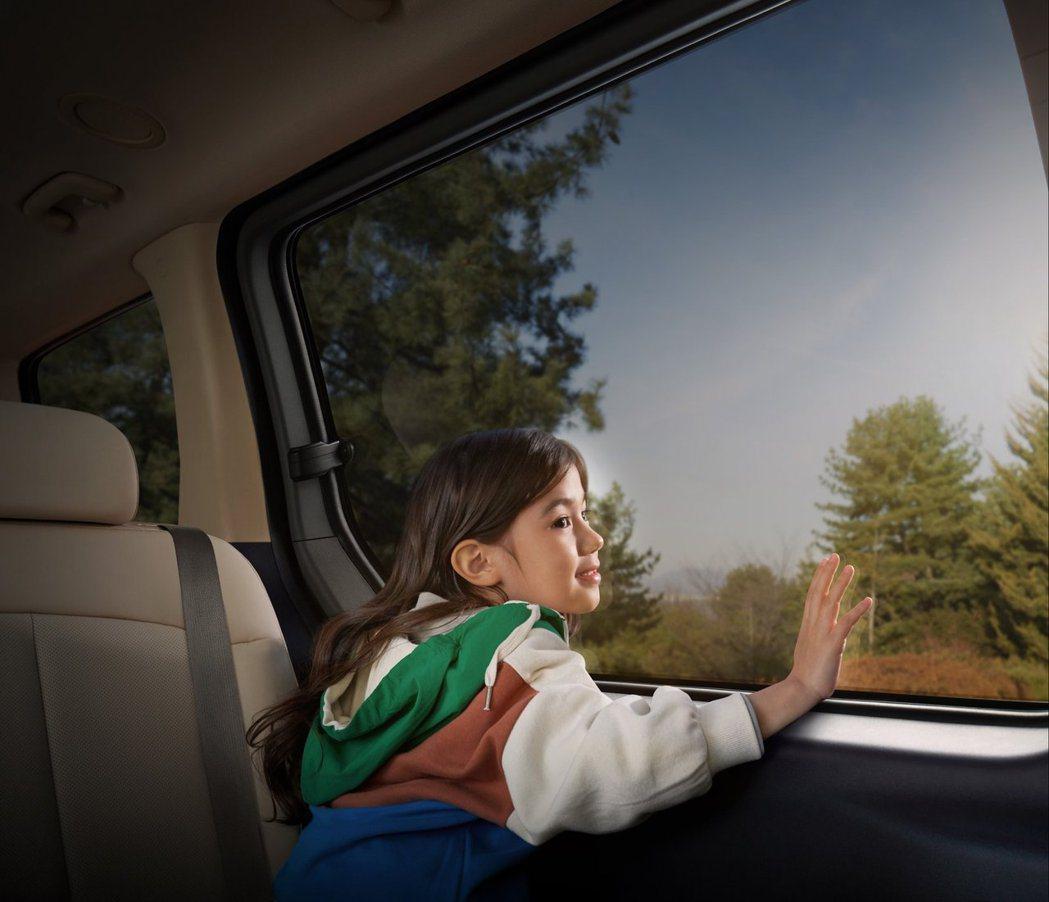 全新Hyundai Staria車內不僅有全景天窗玻璃,兩側滑門所配置的車窗亦為...