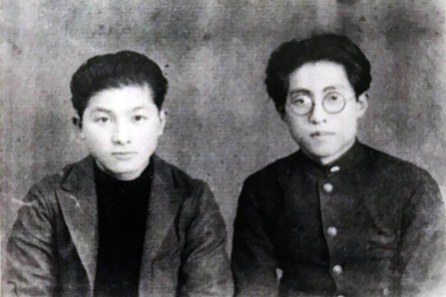 1928年宮田彌太郎(左)與西川滿(右)在學生時代的合照。翻拍自張良澤、高坂嘉玲編《圖錄:西川滿先生年譜以及手稿.藏書票.文物.書簡拾遺集.紀念文集》。  圖/作者提供