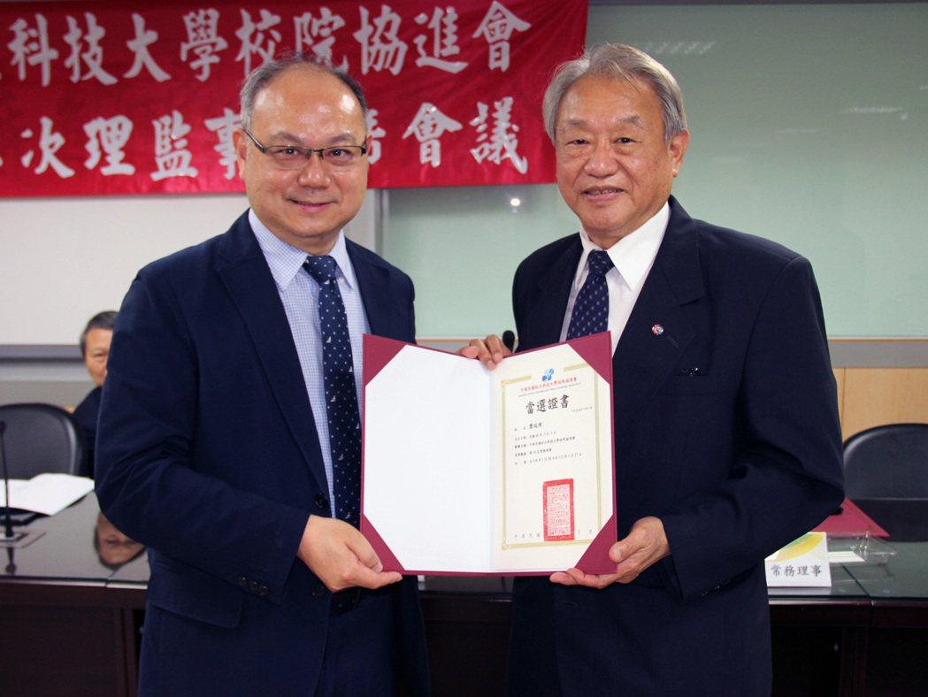 協進會致贈第10屆理監事當選證書。龍華科技大學 /提供