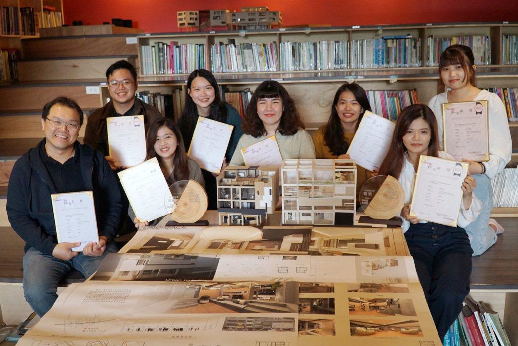 空設系劉凱群老師(左一)指導學生參加森獎,榮獲1金2銅5佳作。 大葉大學/提供。