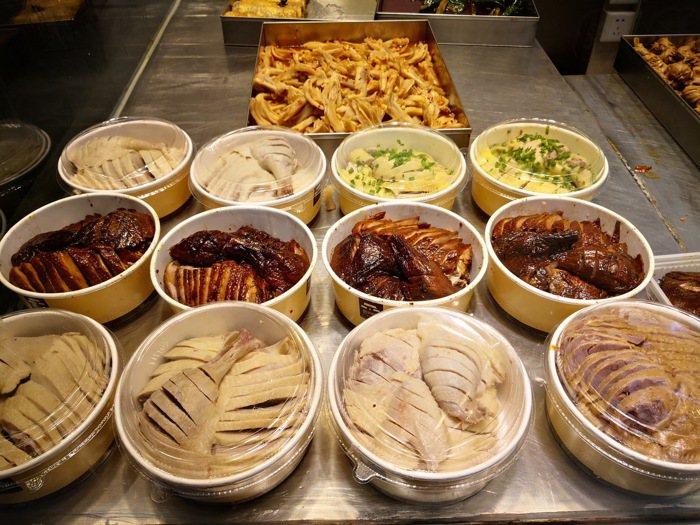 上海大馬路邊上常見熟食店,醬鴨、熏魚、水煮鵝,這些熟食中三黃雞最能代表上海特色。...