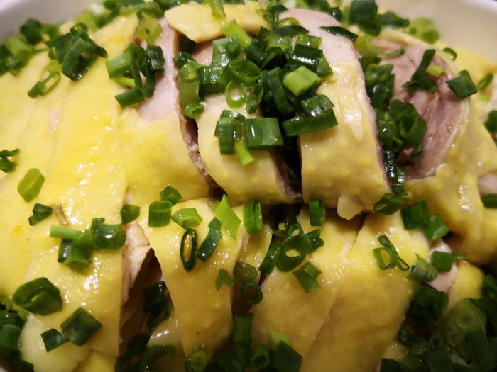 皮薄肉嫰汁多是三黃雞的迷人之處,好吃到一個人就可以幹掉一盤。 梅春帆/提供