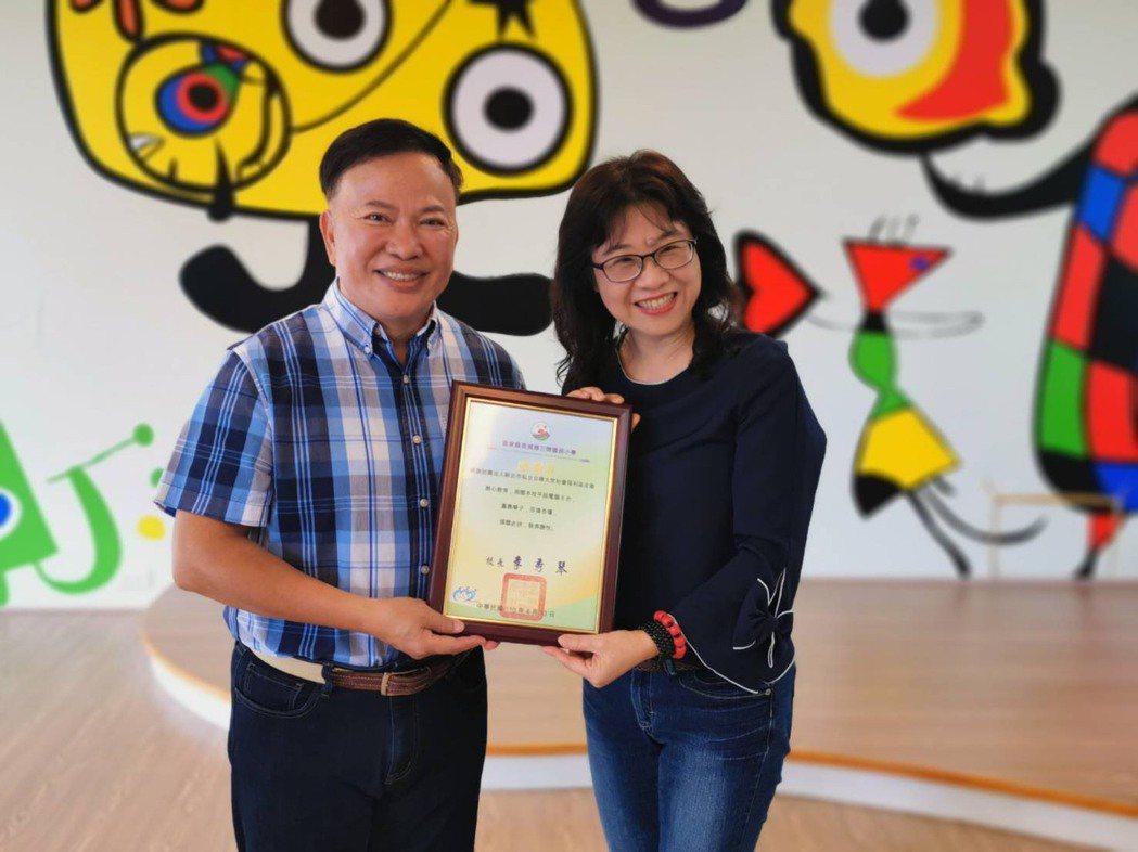 三間國小校長李秀琴(右)頒發感謝狀給日暉董事長鄭越才。 日暉/提供。