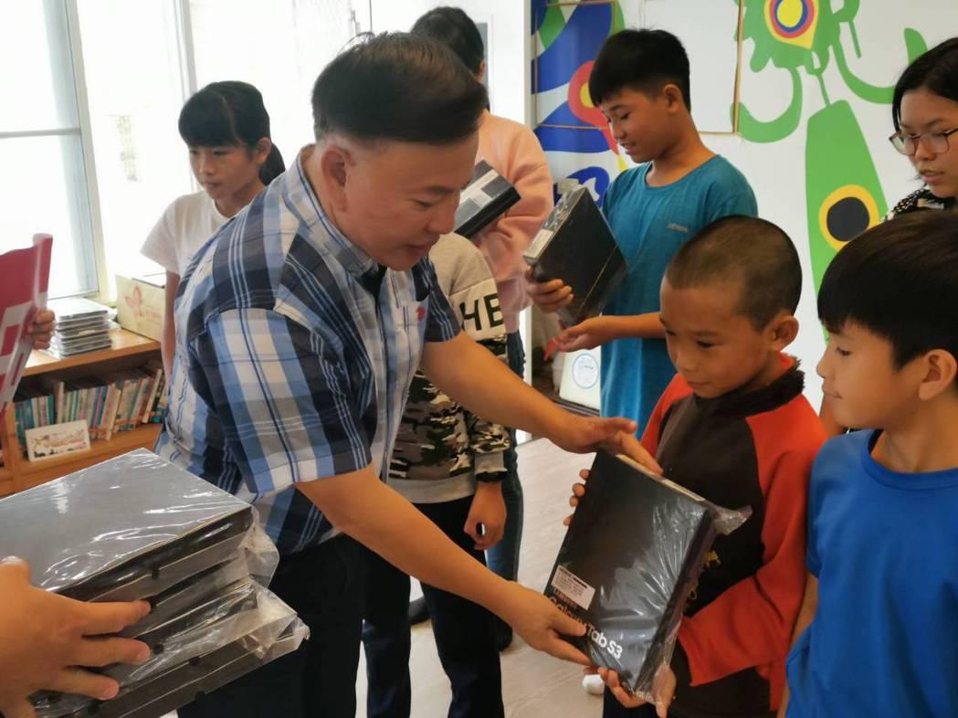 日暉董事長鄭越才發送數位平板給每一位原鄉孩童。 日暉/提供。