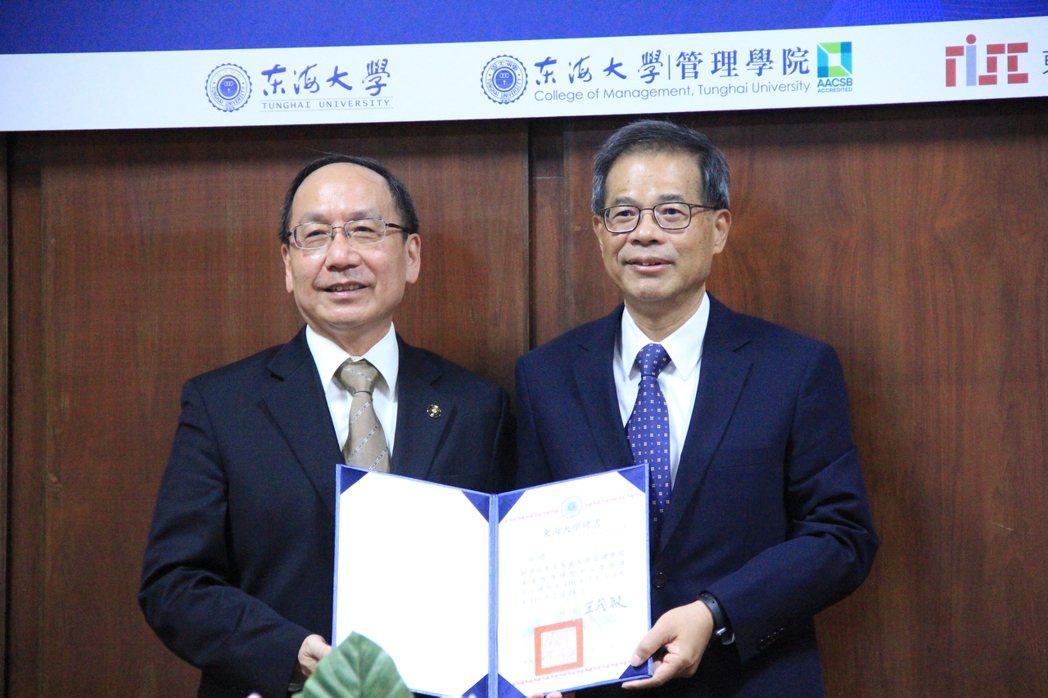 榮譽講座教授杜榮瑞(右)。 戴辰/攝影