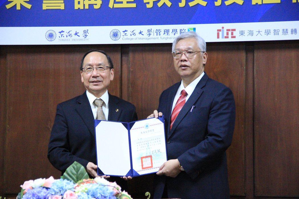 榮譽講座教授林建甫(右)。 戴辰/攝影
