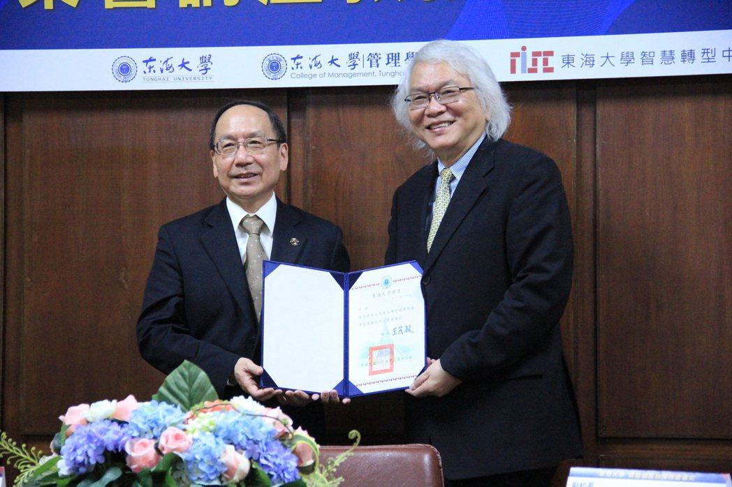 榮譽講座教授張錫惠(右)。 戴辰/攝影