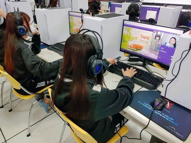 宜寧高中導入「一對一線上外師真人互動英語教學」。 宜寧高中/提供