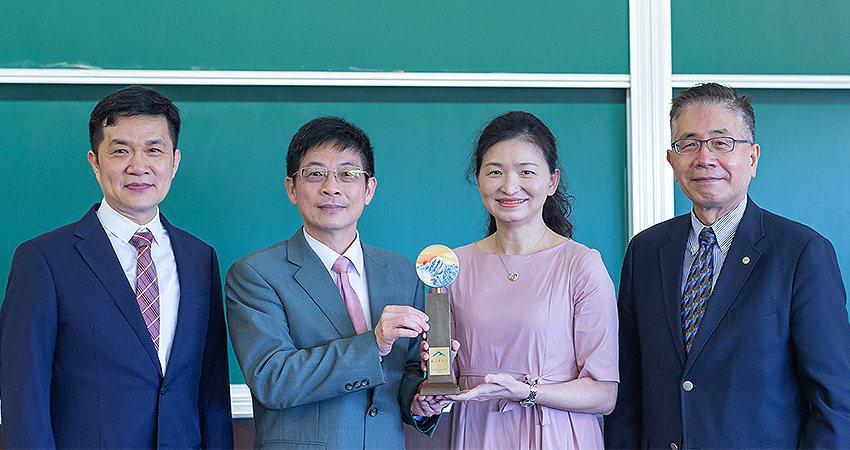 中央大學財務金融學系教授黃瑞卿(左三)榮獲2021玉山學術獎。中央大學管理學院院...