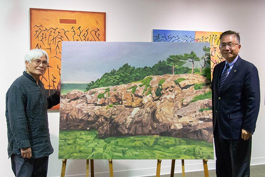 藝術家李文謙(左)捐贈畫作「清淨如水」給中央大學典藏,由中央大學校長周景揚出席代...