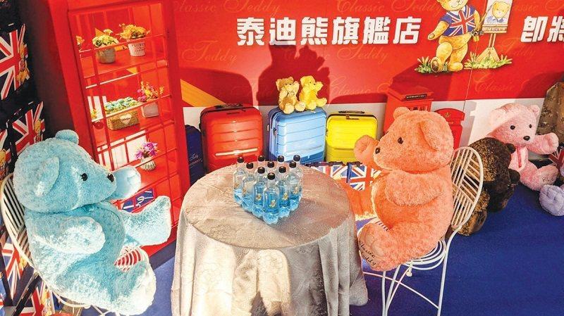 市政府站3樓的泰迪熊旗艦店,可愛吸睛。