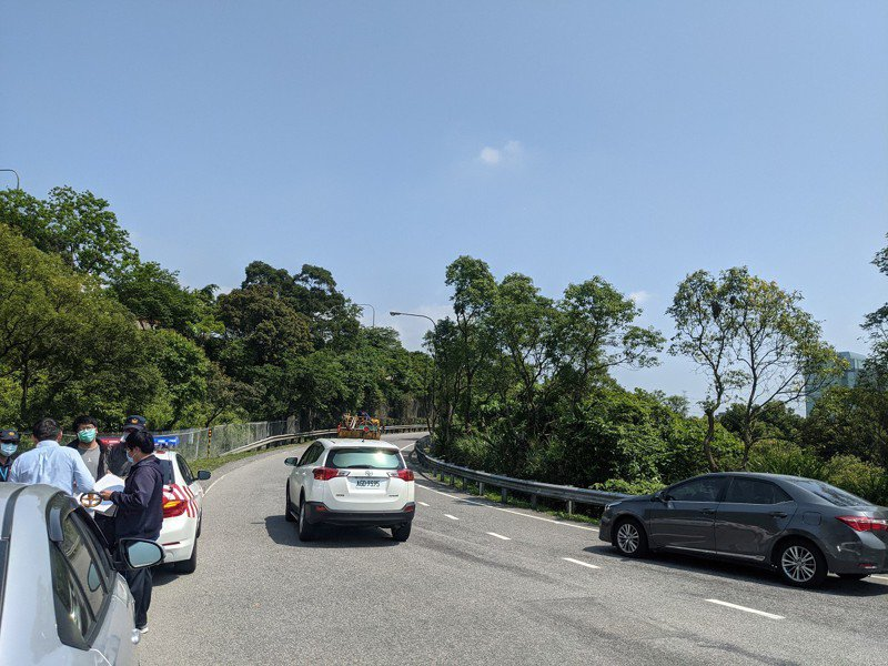 汐止新台五路要上國道3號的北上匝道,匯入主幹道不到30公尺,造成許多駕駛人來不及打方向燈而被罰。 圖/觀天下有線電視提供