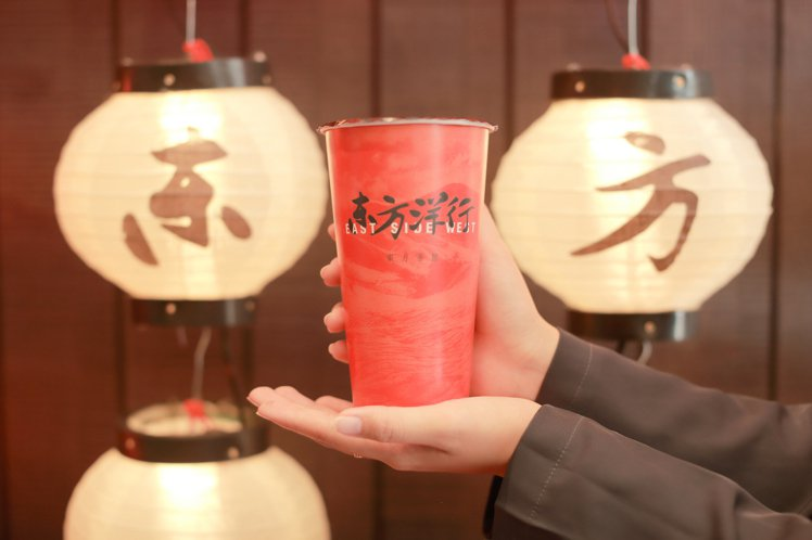 為慶祝忠孝信義旗艦店開幕,東方洋行推出「熟韻紅茶」或「塔山翠綠」的1元加購優惠。...