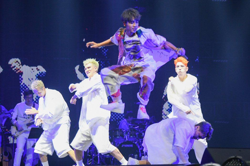 鼓鼓呂思緯(前)在演唱會有精彩的唱跳表現。圖/相信音樂提供