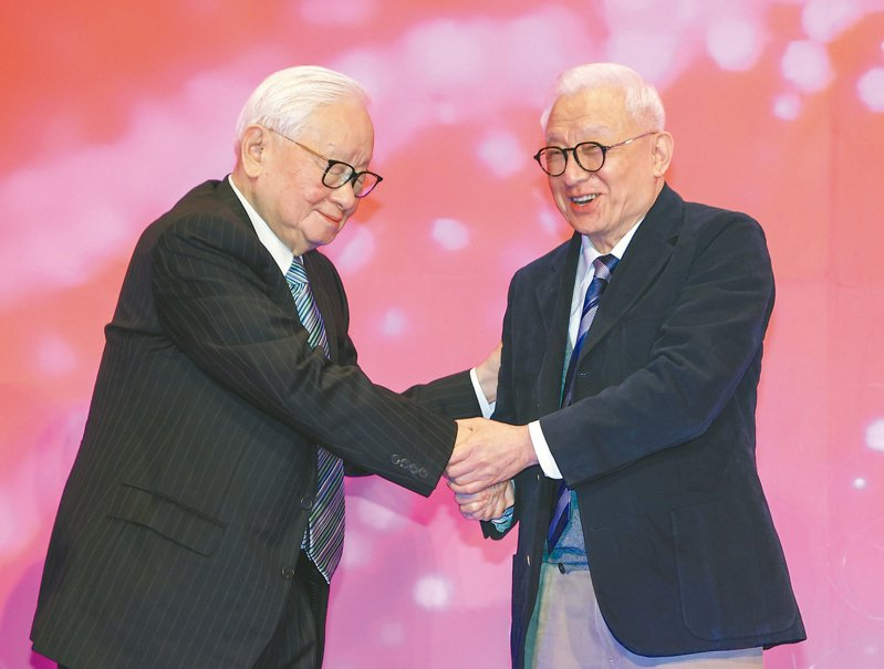 台積電創辦人張忠謀(左)與聯電榮譽董事長曹興誠(右)在去年底竹科四十周年國際論壇上互相握手致意,被視為是「世紀破冰」;但台積電與聯電的競爭仍是進行式。本報資料照片