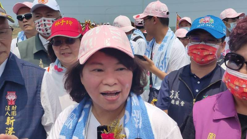 嘉義市長黃敏惠今年在12名大專生的陪同下,首度挑戰大甲媽遶境,昨中午12時許抵達新港崙子橋。記者莊祖銘/攝影