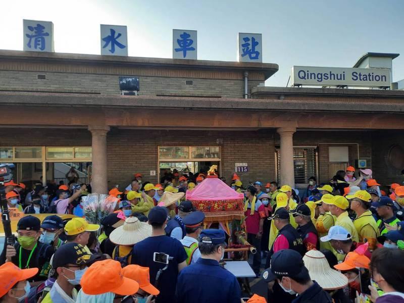 「粉紅超跑」昨天下午近5時衝進台鐵清水火車站停駐。圖/民眾提供