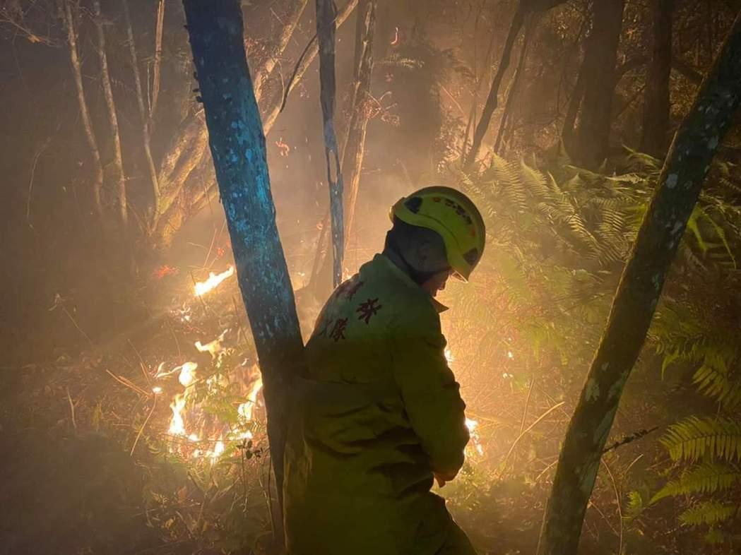 南投林管處森林護管員昨晚在火場高溫下,徹夜開闢防火線1000公尺,避免火勢繼續往...
