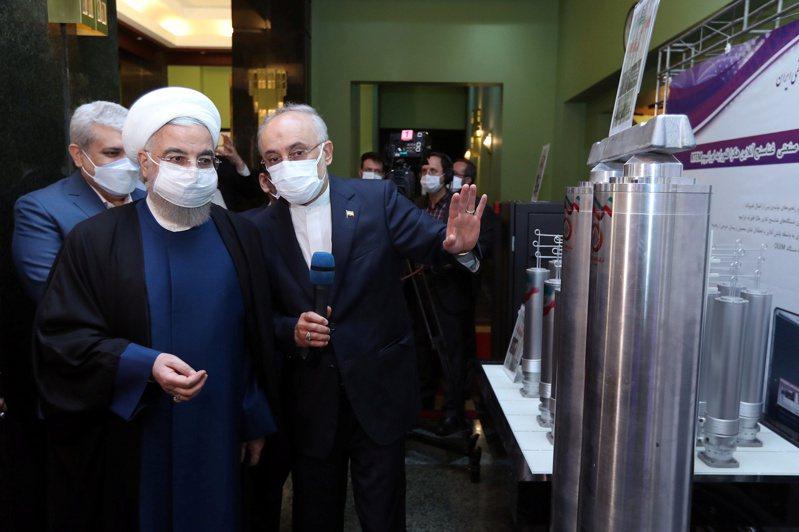 伊朗總統羅哈尼(左)於10日「全國核能日」參觀納坦茲核設施的先進濃縮鈾離心機。路透