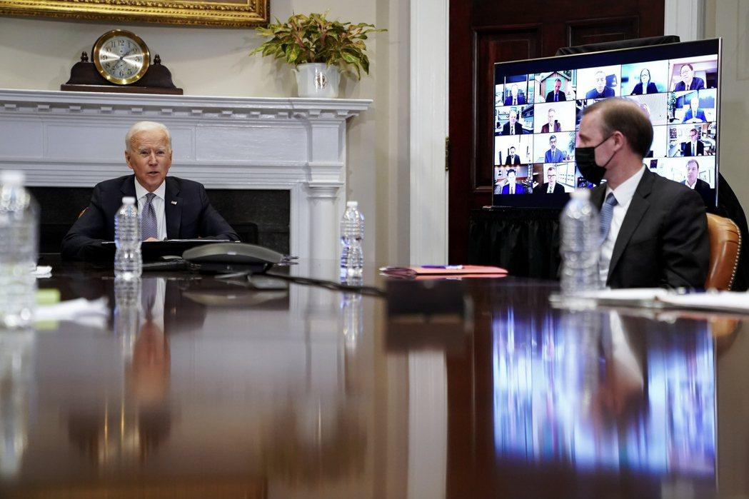 美國總統拜登(左)召開半導體峰會,英特爾執行長基辛格線上與會。歐新社