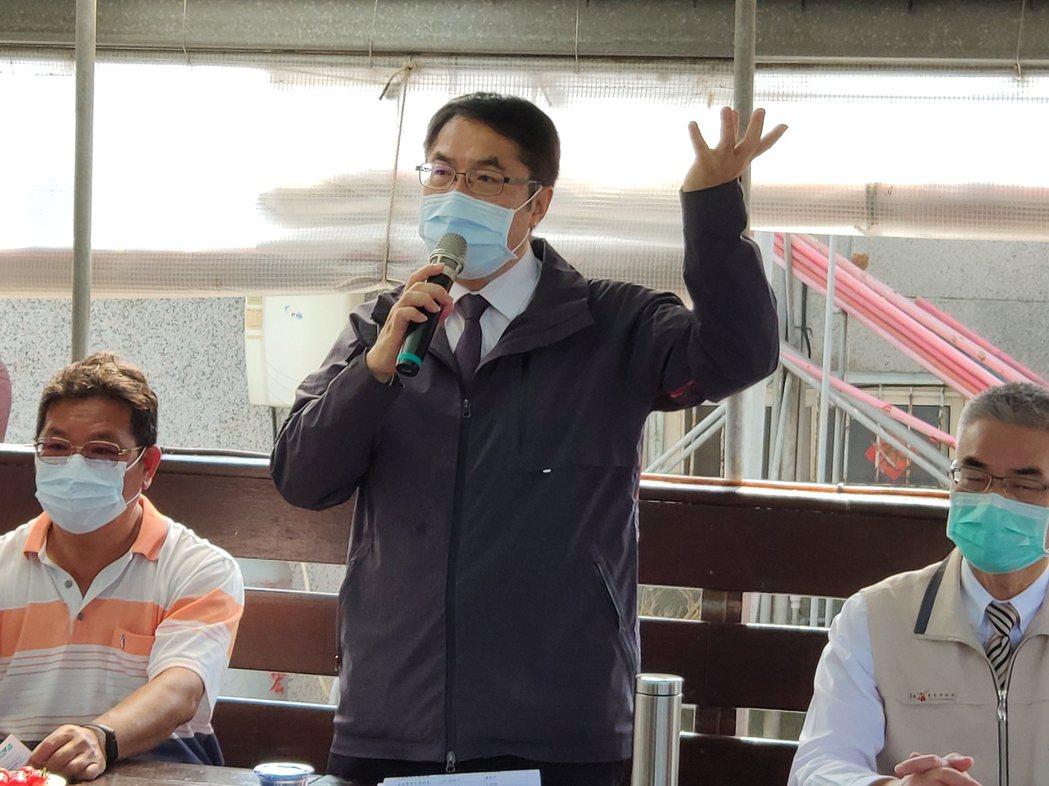 台南市長黃偉哲(中)上午到學甲區亮哥養殖場巡視,重申節約用水。記者謝進盛/攝影