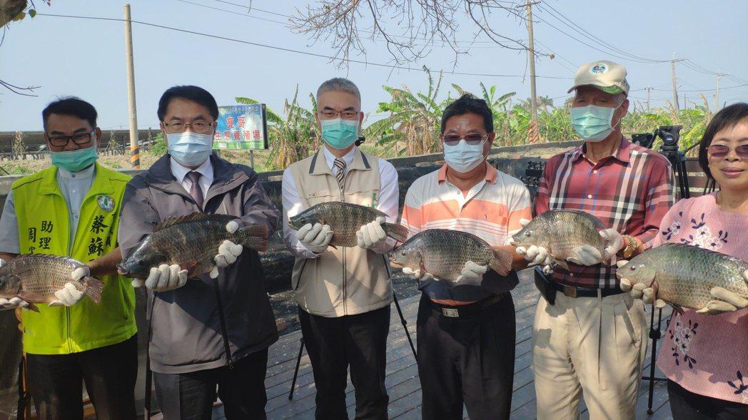 台南市長黃偉哲(左二)上午到學甲區亮哥養殖場巡視,重申節約用水。記者謝進盛/攝影