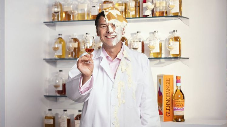 格蘭傑總製酒師比爾‧梁思敦博士,將令人快樂的蛋糕魔力,放進單一麥芽威士忌裡面。圖...